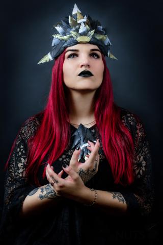 dark, dunkel, düster, queen, red hair, headpiece, tattoo, dark lips
